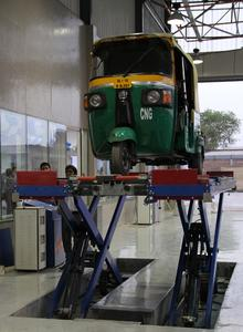 Ein Klassiker zur Eröffnung am Dienstag, 19. Juni: Als eines der ersten Fahrzeuge in der neuen Prüfstation von TÜV SÜD in New Delhi wurde ein TucTuc einem Technik-Check unterzogen  / Foto: TÜV SÜD