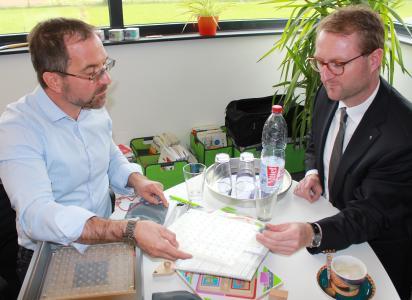 Spielwelle-Geschäftsführer Sven Eichhorn erläutert dem Ersten Kreisbeigeordneten Dr. Jens Mischak die breite Angebotspalette der Vertriebs-GmbH in Romrod / Foto: Erich Ruhl-Bady
