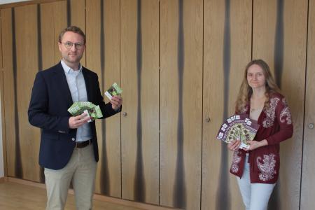 Erster Kreisbeigeordneter Dr. Jens Mischak und Astrid Rauner, bei der Unteren Naturschutzbehörde des Vogelsbergkreises zuständig für das Projekt, präsentieren die Saatentütchen mit dem Regio-Saatgut und den Informationsflyer, der das Insektenschutzprojekt begleitet. (Foto: Vogelsbergkreis)