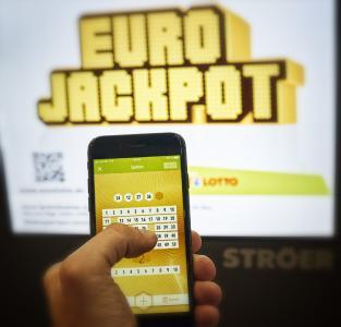 Eurojackpot hat Geburtstag, wenn auch in schwierigen Zeiten: Zur kommenden Ziehung am Freitag (27. März) steht der Jackpot bei rund 88 Millionen Euro. Tipps können in den geöffneten Lotto-Annahmestellen und unter www.eurojackpot.de abgegeben werden