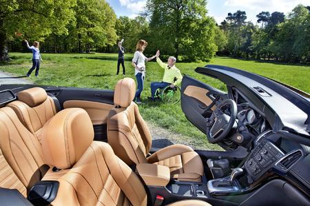 Unabhängigkeit ist gefragt: Opel bietet die passenden Mobilitätshilfen ab Werk für Menschen mit körperlichem Handicap. So können sie sich auch im Mittelklasse-Cabrio Cascada den Wind ins Gesicht wehen lassen