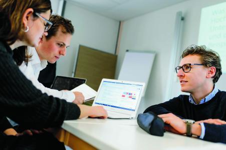 Fach- und Führungskräften an der Schnittstelle von Wissenschaft und Verwaltung bietet die Hochschule Osnabrück zum Wintersemester erstmals den berufsbegleitenden Lehrgang Hochschul- und Wissenschaftsmanagement an, der mit dem DAS – Diploma of Advanced Studies zertifiziert ist / Foto: Hochschule Osnabrück