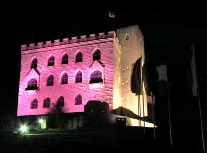 Das Hambacher Schloss leuchtet rosa..