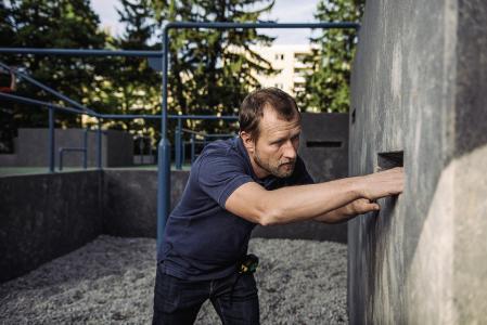 TÜV SÜD-Experte Roland Zwickl im Einsatz bei der Spielplatzprüfung