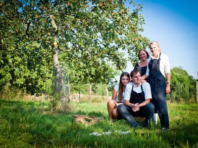 Obst aus dem eigenen Garten ist nur eine der kulinarischen Spezialitäten aus der Region, die in Deutschlands erstem Biohotel, dem Hotel Pausnhof, auf den Tisch kommen. Das Bild zeigt die Inhaberfamilie Simmet / Foto: obx-news/Biohotel Pausnhof