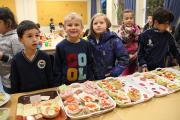Kinder vor der großen Frühstücksklub-Auswahl