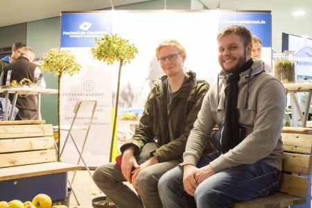 Dennis Breckel (22) und Tim Nesemeyer (21) (v.r.) besuchen im Moment die Fachoberschule und informieren sich auf dem HIT über die Möglichkeiten eines Ingenieurwesen-Studiums