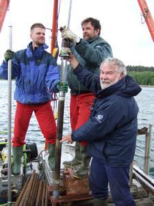 Wissenschaftler der Universität Greifswald bei Sedimentbohrungen im Krummen See bei Zwenzow