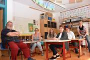 Thomas Birkmeier, Bettina Ortner-Laczi, Sabine Birkmeier, Anke Ströhm und Irene Eisemann (im Bild von links) haben sich die Entscheidung für das Sonderpädagogische Förderzentrum als Schule für ihre Kinder nicht leicht gemacht. Schulleiterin Ulrike Hahn (rechts) berät sie mit ihrem Team.