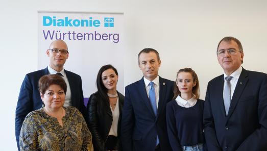 (von links): Johannes Miller, Gabriele Hönes, Qendresa Ptqaj, Arbeits- und Sozialminister Skender Reçica, Valmira Krasniqi und Oberkirchenrat Dieter Kaufmann