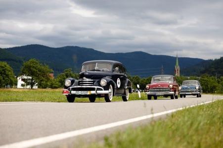Opel Kapitän Trio auf großer Fahrt durch den Schwarzwald: In Front ein 52er, gefolgt von einem 56er und einem 62er Baujahr