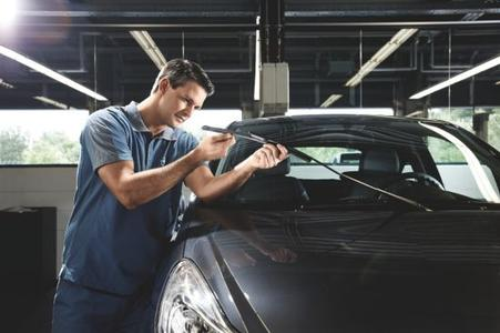 Bis zum 20. April zahlen Opel-Fahrer nur 7,99 Euro für den Wechsel der Frontscheiben-wischer beim Opel Partner – Gratis-Profi-Check immer inklusive