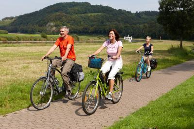 Radfahrer unterwegs am Weser-Radweg