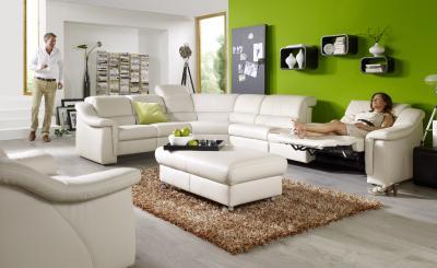 Ein Sofa mit Liegefunktion sowie frei verstellbarer Sitzhöhe und -tiefe kann den Bedürfnissen der ganzen Familie gerecht werden. Bild: AGR/himolla
