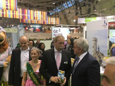 v.l.n.r.: Bürgermeister Uwe Morgenstern, Wacholderkönigin Jasmin Strohm, Geschäftsführer Wolfgang Schütz, Minister Guido Wolf / ©Mythos Schwäbische Alb