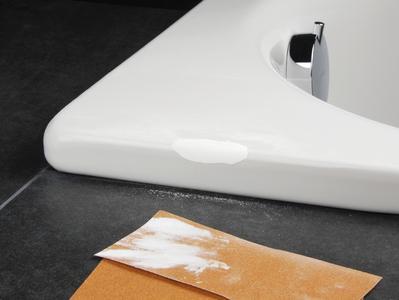 Mit ein bisschen Geschick lässt sich eine Macke an der Wanne selbst ausbessern, Foto: Cramer GmbH