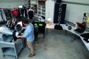 Produkt-Managaer Lars Dammann fertigt neue Druck-Aufträge an seinem Arbeitsplatz für adcada.fashion