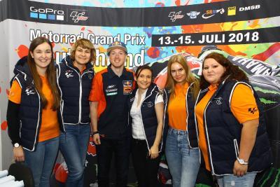 Das Team der SRM um Geschäftsführerin Nadin Pohlers, mit Bradley Smith in der Mitte, Foto: ©Thorsten Horn