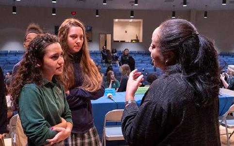 Schülerinnen im Gespräch mit Dr. Ramona Swaby, Onkologin und Forscherin bei Merck © Foto: Alina Weber/NAD