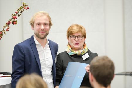 Preisträger David Hamburger freut sich gemeinsam mit Rektorin Prof. Dr. Karin Luckey über den HSB-Innovationspreis und den damit verbundenen Geldbetrag (Fotograf: Shuvo Sarkar, Hochschule Bremen)