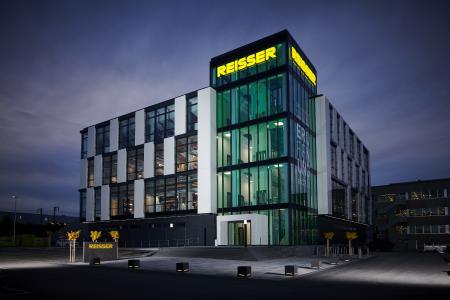 Gewachsen Strukturen einerseits, moderne Gestaltung andererseits: Die REISSER Badausstellungen - wie hier am Stammsitz Böblingen - sind ein wesentlicher Bestandteil des Unternehmenskonzepts.