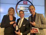 WEINSBERG Produktmanager Florian Hopp (Mitte) nahm gestern in Berlin den Deutschen Fairness-Preis von den n-tv-Moderatoren Carola Ferstl und Torsten Knippertz entgegen / Fotos: Knaus Tabbert GmbH