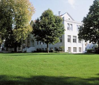 Auch in diesem Jahr erwartet man im Kurpark zwischen dem Kurhaus (Foto) und dem avendi Hotel Bad Honnef die leuchtende Krokusblüte auf den Grünflächen / Urheber: Task