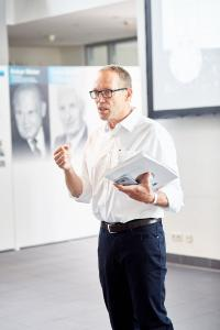 Dr.-Ing. Stefan Scheringer bei seiner Begrüßungsrede
