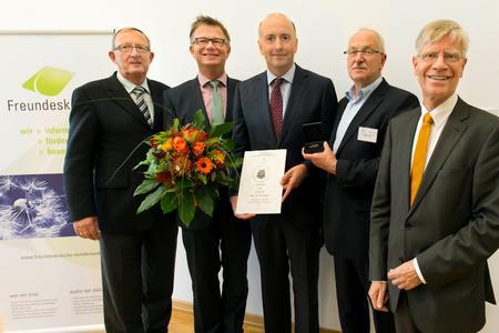 Der Vorsitzende des Freundeskreises Hochschule Osnabrück Gartenbau und Landschaftsarchitektur e.V., Herr Lehmacher (2.v.r.), verleiht die Osnabrücker Ehrenmedaille an Frank Hüdepohl (Mitte), Absolvent des Studienganges Gartenbau von 1992, der sich für den Berufsstand des Gartenbaus verdient gemacht hat. Es gratulieren Dekan Prof. Dr. B. Lehmann (2. v. l.), Laudator Prof. Dr. R. Burmann (1. v. l.) und Bürgermeister Jasper (1. v. r.), Foto: Bettina Meckel