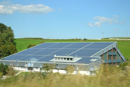 Dachflächen von gewerblich genutzten Gebäuden können zur Energiegewinnung eingesetzt und der so erzeugte Strom selbst genutzt werden.