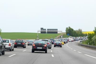 Rechts überholen ist in bestimmten Fällen erlaubt – zum Beispiel bei Stau auf der Autobahn. Foto: ARCD