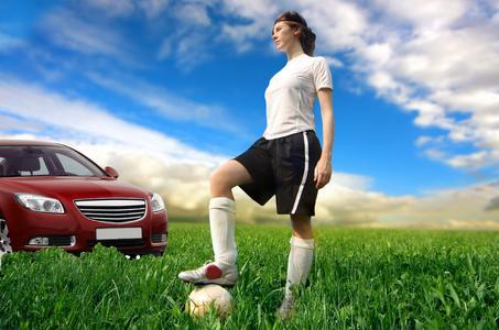 Frauen schlagen Fussball 1