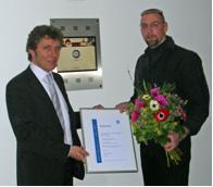 Werner Kraus, Bereichsleiter Training der TÜV SÜD Akademie (links), begrüßt den 100.000 Teilnehmer in diesem Jahr, den Hamburger Dominique Steinhauf