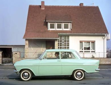 1962 verlässt am neu errichteten Standort Bochum der erste Nachkriegs-Kadett die Fertigung. Der komplett neu entwickelte Kadett A besitzt einen modernen Einliterohv- Vierzylindermotor mit 40 PS und ein Vierganggetriebe. Neben einer zweitürigen Limousine sowie einer kompakten Caravan- Version ergänzt ab 1963 ein sportliches Kadett-Coupé die Baureihe