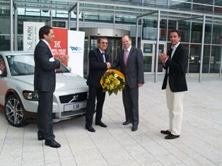 Hr. Herbert Strasser (Volvo), Hr. Dr. Rosem Popov (Gewinner des Volvo C30), Hr. Mag. Christian Domany (Vorstand Flughafen Wien AG) und Hr. Mario Strasser (Gebr. Heinemann)