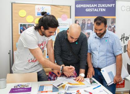 Eine erste Orientierung für geflüchtete Jugendliche: Beim Perspektiventag in Passau konnten sich die künftigen Azubis an Informationsständen regionaler Unternehmen über Ausbildungsmöglichkeiten und Jobs informieren / Foto: obx-news/Fotostudio Kaps