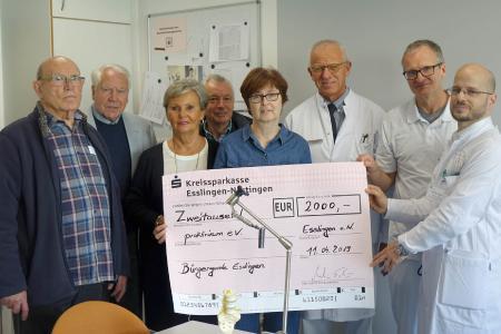 (von links nach rechts): Martin Schön (Vorstandsmitglied und Kassierer Bürgergarde Esslingen), Otto Blumenstock (Vorstandsmitglied proklinikum), Helga Entenmann (Vorsitzende proklinikum), Roland Rausch (Bürgergarde Esslingen), Claudia Middendorf (Bürgergarde Esslingen), Prof. Dr. Jürgen Degreif (Chefarzt der Klinik für Unfallchirurgie und Orthopädie,  Dr. Arndt Pussert und  Dr. Gergely Bodon (Oberärzte und Leiter der Wirbelsäulenchirurgie am Klinikum Esslingen) bei der Checkübergabe