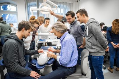 Phantomkopf und Frasacomodelle zum Üben von Arbeitstechniken am Kiefer: Der promovierte Zahnarzt Prof. Dr. Ingo Voges (Mitte) brachte Studierenden der Dentaltechnologie unterschiedliche Schnitt- und Nahttechniken näher. (Foto: Hochschule Osnabrück / Oliver Pracht)