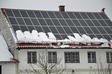 Ob in der regionalen Bauordnung vorgeschrieben oder nicht: Schneefangsysteme können sich schon nach einem Schneetag – besonders bei Dächern mit Solarmodulen - als sinnvolle Investition erweisen