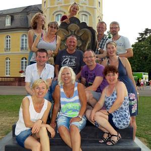 """Stefan Gerich (4.v.l.) und """"seine"""" Wandergruppe beim Besuch Schloss Staufenberg; Quelle: KTG"""