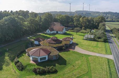 Aus der Luft hervorragend zu erkennen: Die wabenförmige Bauweise des  Versuchsbetriebs der Hochschule in Wallenhorst (Wabe-Zentrum)