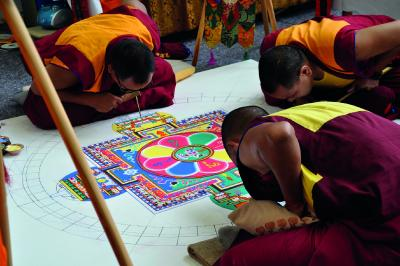 Buddhistische Mönche streuen Sandmandala im Klinikum Christophsbad