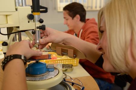 Der 6-semestrige Bachelor-Studiengang Dentaltechnologie beinhaltet neben zahlreichen theoretischen Fächern auch eine praxisnahe Ausbildung in modernen Hochschullaboren