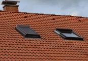"""Der """"Sonnenschirm"""" für die Dachwohnung – Sonnenschutz-Rollos können manuell oder automatisch gesteuert werden."""