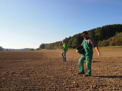 Barnhouse Partner-Landwirt Hilarius Häußler und Georg Hans bei der Aussaat