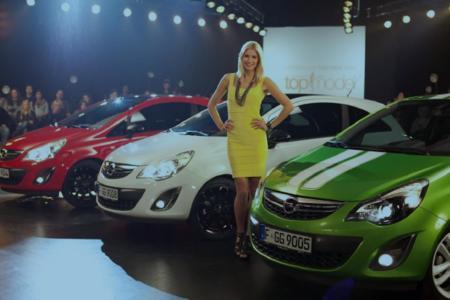 """Markenbotschafterin für Opel: Lena Gerke, Gewinnerin der ersten Staffel von """"Germany's next Topmodel"""" und die Opel Corsa Color Line. Opel und ProSieben gehen für die siebte Runde der beliebten Castingshow eine weitreichende Kooperation ein"""