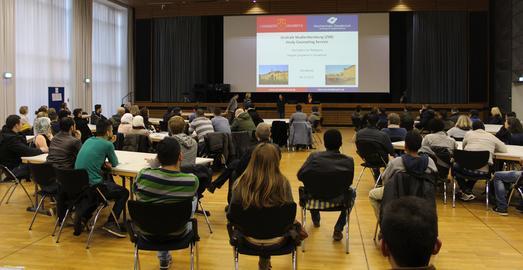 Die Hochschule Osnabrück bietet Flüchtlingen ab dem Sommersemester 2016 die Möglichkeit, Kurse zu besuchen und Prüfungen abzulegen. Die neuen Angebote wurden interessierten Geflüchteten in der Aula am Westerberg auf Deutsch, Englisch sowie Arabisch vorgestellt
