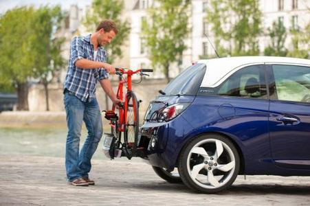 In der Stadt parken und spontan aufs Rad umsteigen oder raus an den Stadtrand fahren und mit dem Bike ins Grüne starten? Mit dem neuen Opel ADAM und FlexFix-Fahrradträgersystem ist das kein Problem - ganz spontan und flexibel, ohne aufwändige Montage zusätzlicher Gerätschaften
