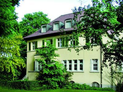 Die Psychotherapieambulanz der C-AP befindet sich in einer stilvoll renovierten, hundertjährigen Villa im obere Park des Christophsbads. Abbildung Christophsbad