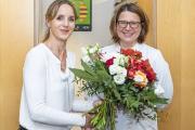 Saskia Morakis, Geschäftsführerin am Medizinischen Versorgungszentrum am Städtischen Klinikum Karlsruhe, überreicht Dr. Katharina Ruppender anlässlich der Praxiseröffnung einen Blumenstrauß (Bild: Markus Kümmerle)